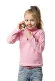 Kleines Mädchen spricht durch Handy Stockfotos