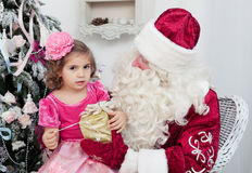 Kleines Mädchen spricht mit Santa Claus Stockfotos