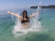 Kleines Mädchen springen vom Meer Stockbild