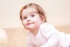 Kleines Mädchen steht nahe dem Sofa zu Hause Lizenzfreie Stockfotos