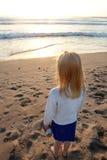 Kleines Mädchen am Strand Stockbild