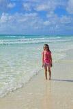 Kleines Mädchen am Strand Stockbilder