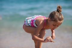 Kleines Mädchen am Strand Stockfotos