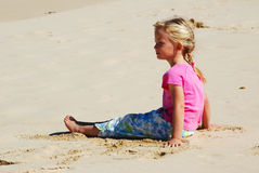 Kleines Mädchen am Strand Lizenzfreie Stockfotos