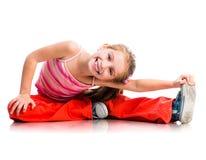 Kleines Mädchen strebt herein Sport an Stockfoto