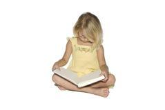 Kleines Mädchen-studierendes Buch Lizenzfreie Stockbilder