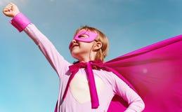 Kleines Mädchen-Superheld-Konzept lizenzfreie stockfotos