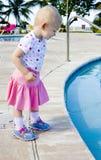 Kleines Mädchen am Swimmingpool Stockfotografie