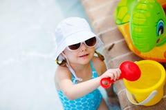 Kleines Mädchen am Swimmingpool Stockbild