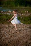Kleines Mädchen-Tanzen auf Strand Stockbild