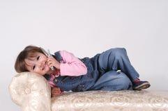 Kleines Mädchen am Telefon Stockfotos