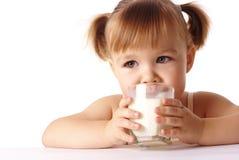 Kleines Mädchen trinkt Milch Stockfotos