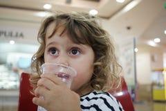 Kleines Mädchen trinkt Wasser lizenzfreies stockfoto