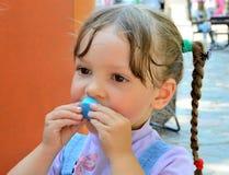 Kleines Mädchen trinkt Wasser Stockbild