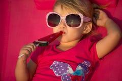 Kleines Mädchen am tropischen Strand Lizenzfreies Stockfoto