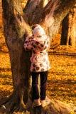 Kleines Mädchen und Baum Stockfoto