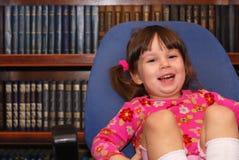 Kleines Mädchen und Bibliothek Lizenzfreie Stockfotos
