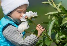 Kleines Mädchen und Blumen Lizenzfreie Stockfotos