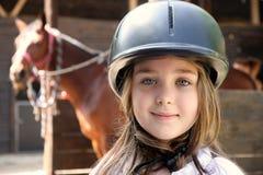 Kleines Mädchen und braunes Pferd Lizenzfreie Stockfotografie