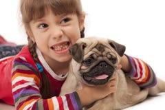 Kleines Mädchen und der Pug-Hund Stockbild