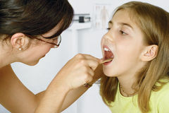 Kleines Mädchen und Doktor Lizenzfreie Stockbilder