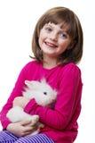 Kleines Mädchen und ein weißes Kaninchen Lizenzfreies Stockfoto