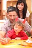 Kleines Mädchen und Eltern stockfoto