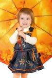 Kleines Mädchen und geöffneter Regenschirm Lizenzfreie Stockbilder