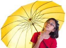 Kleines Mädchen und gelber Regenschirm III Stockfotos