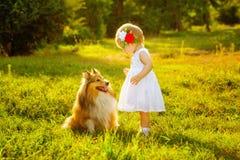 Kleines Mädchen und Hund Lizenzfreie Stockfotografie