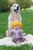 Kleines Mädchen und Hund Stockbilder