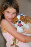 Kleines Mädchen und Hund. Lizenzfreie Stockfotos