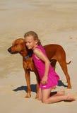 Kleines Mädchen und ihr Hund Lizenzfreie Stockfotos