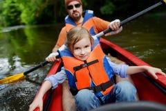 Kleines Mädchen und ihr Vater auf einem Kajak Lizenzfreie Stockfotografie