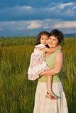 Kleines Mädchen und ihre Mutter, die draußen bleibt Stockfotografie