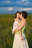 Kleines Mädchen und ihre Mutter, die draußen bleibt Lizenzfreie Stockfotos