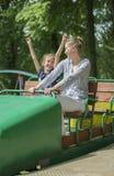 Kleines Mädchen und ihre Mutter, die Spaß hat Stockbild