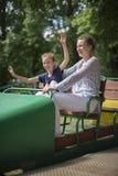 Kleines Mädchen und ihre Mutter, die Spaß hat Stockfoto