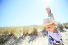 Kleines Mädchen und ihre Mutter, die zum Strand geht Lizenzfreies Stockfoto