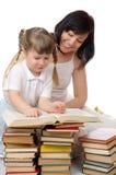 Kleines Mädchen und ihre Mutter mit Büchern Stockbild