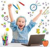 Kleines Mädchen und ihre Tablette Lizenzfreie Stockfotos