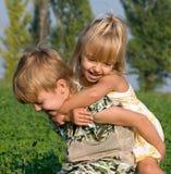 Kleines Mädchen und Junge Lizenzfreie Stockfotos