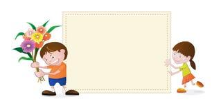 Kleines Mädchen und Junge mit leerem Papier Stockfoto