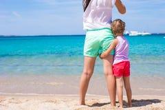 Kleines Mädchen und junge Mutter während des Strandes machen Urlaub Lizenzfreie Stockbilder