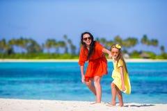 Kleines Mädchen und junge Mutter während des Strandes machen Urlaub Lizenzfreie Stockfotografie