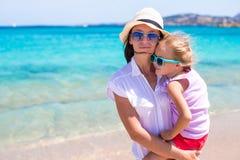 Kleines Mädchen und junge Mutter während des Strandes machen Urlaub Stockfotos