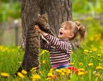 Kleines Mädchen und Katze Stockbilder