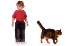 Kleines Mädchen und Katze auf weißem Hintergrund Stockfotografie