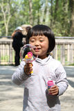 Kleines Mädchen und Luftblasen Stockbild