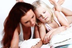 Kleines Mädchen und Mamma Lizenzfreie Stockbilder